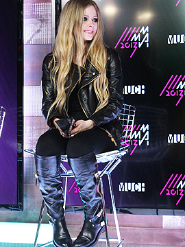 Avril Lavigne Raise Your Voice Keep Holding On