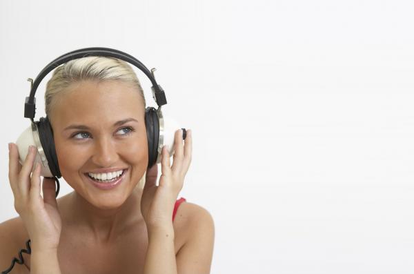 women-headphones_00363555