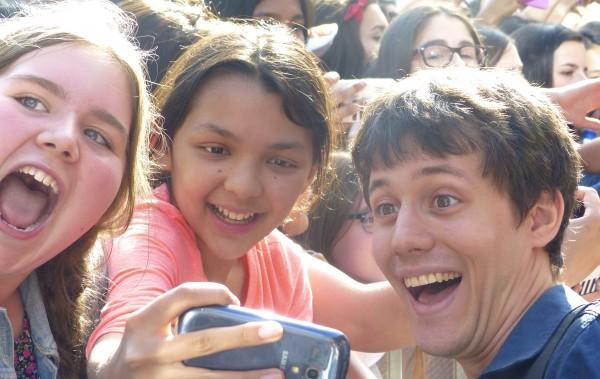 Kurt Hugo Schneider taking selfless with fans on the red carpet
