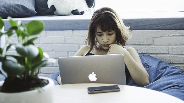 laptop student girl online